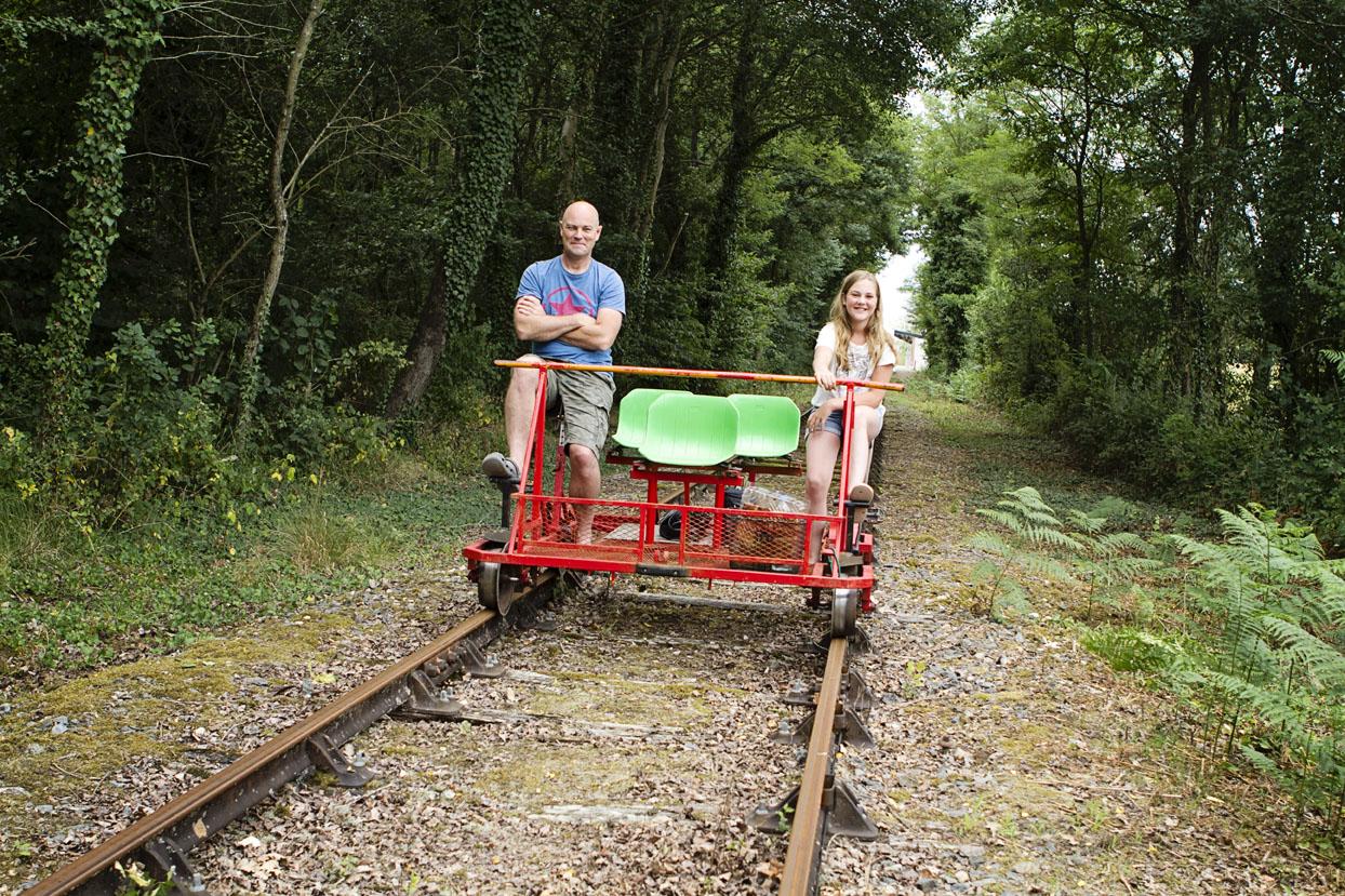 op de fiets over een oude spoorweg