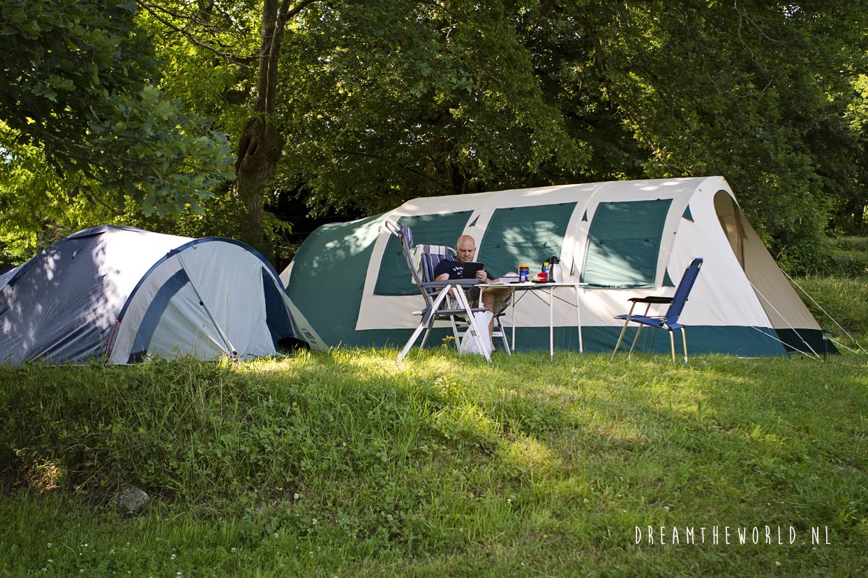 camping terrein met bloemen