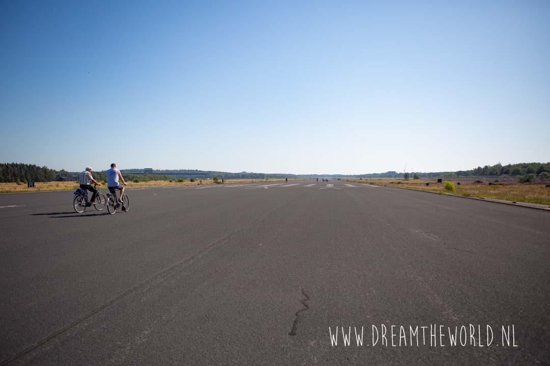 Fietsen over de landingsbaan bij Vliegbasis Soesterberg