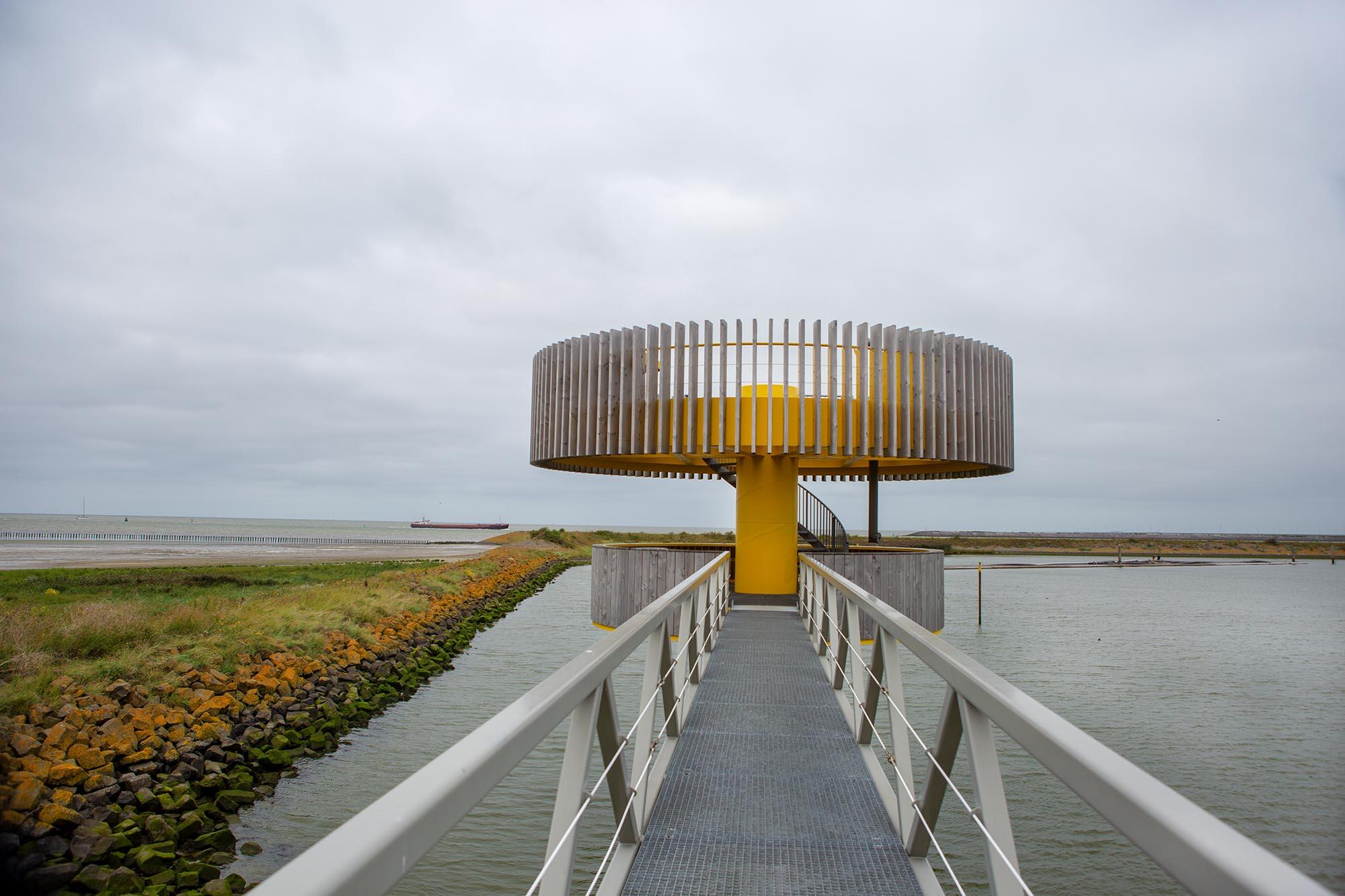 wandelen op het Noord-Hollandpad bij Den Oever, het Waddenbelevingspunt