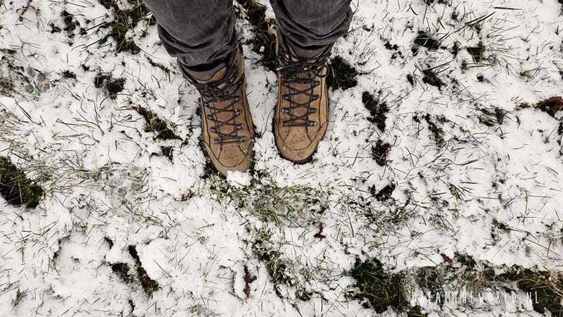 Wandelschoenen in de sneeuw winterwandelen